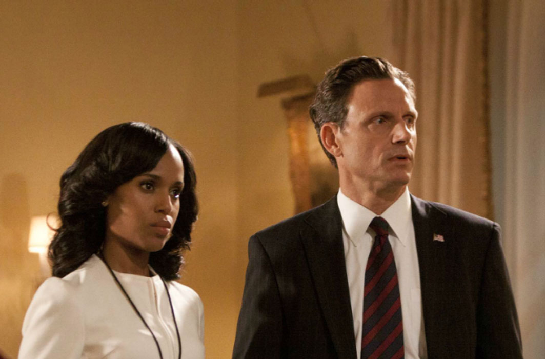 Kerry Washington et Tony Goldwin, dans Scandale.